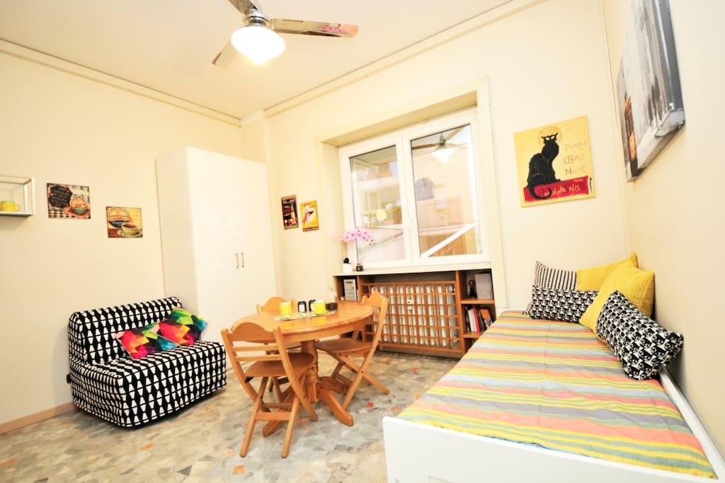 A bright and cheerful home, with large windows - Un ambiente luminoso e allegro, con ampie finestre