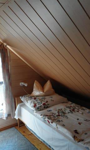Rechtes Bett der Schlafstube im Dachgeschoss.