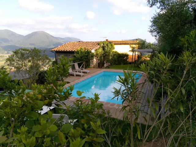 Casa di campagna in collina con piscina .