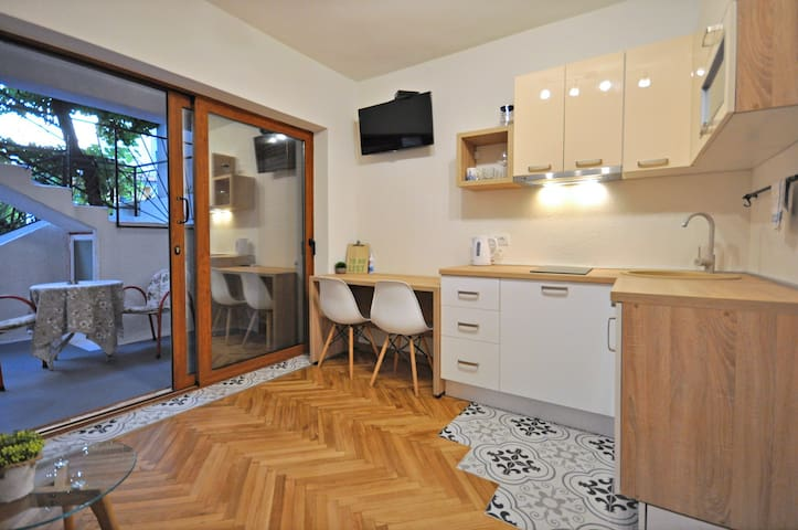 Deluxe Studio in city center 300m from the beach