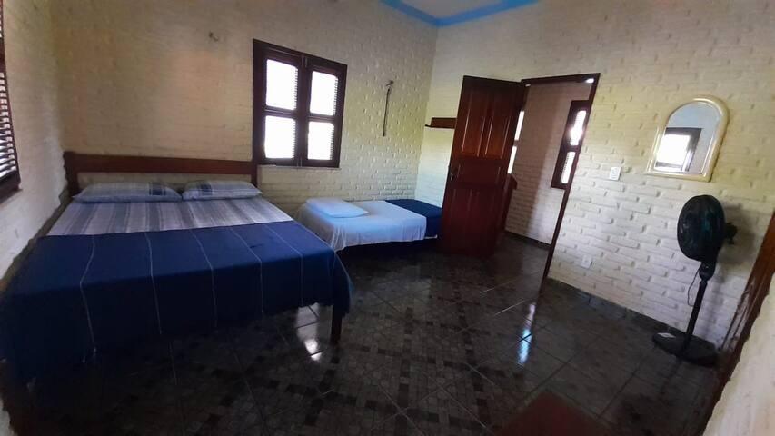 1º Suíte com cama de casal e uma cama de solteiro