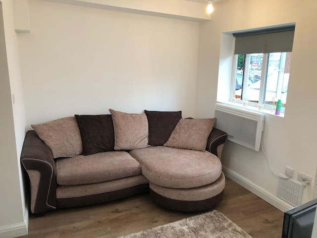 1 bedroom serviced apartment close to high street