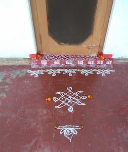 Serenity Pankola - Champawat - Maan sisään rakennettu talo