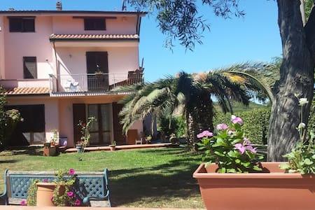 Camera matrimoniale con bagno privato e posto auto - San Giuliano Terme