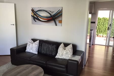 2Bdrm Simple but sweet - free Wifi & Netflix - Golden Square - Dom