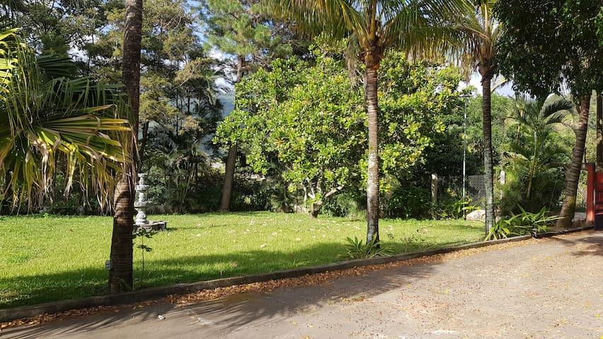 Jardín dentro del perímetro de la casa patronal de la finca.