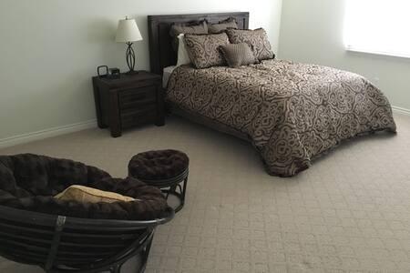 Spacious bed & private bath in modern home - 獨棟