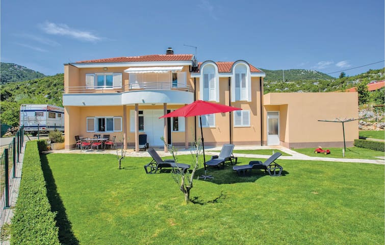 Holiday apartment with 3 bedrooms on 128m² in Bacina