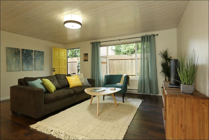 Hip Mid-Century Montavilla duplex - Pet friendly
