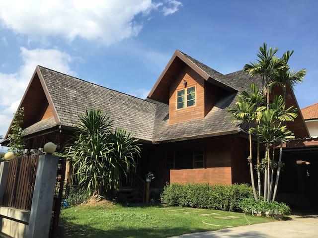 Full house清迈兰纳木屋别墅 - Tambon Pa Daet - House
