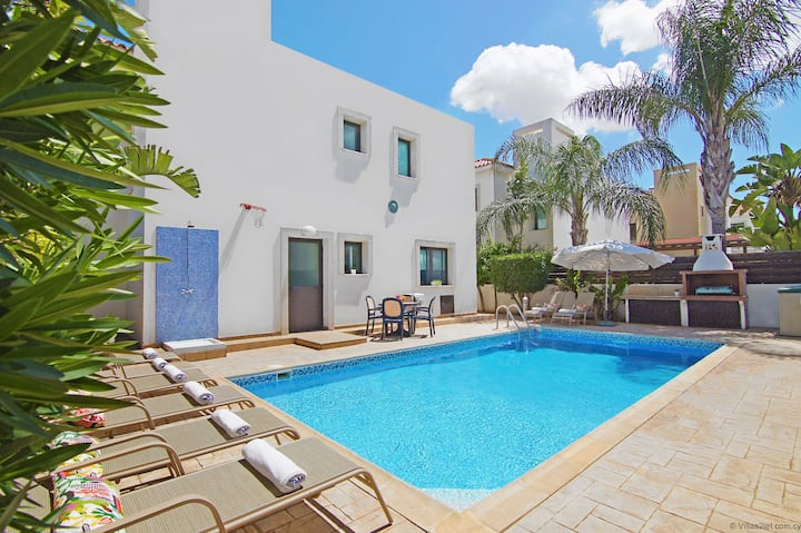 Four Bedroom Villa very close to amenities and public beach - EVE
