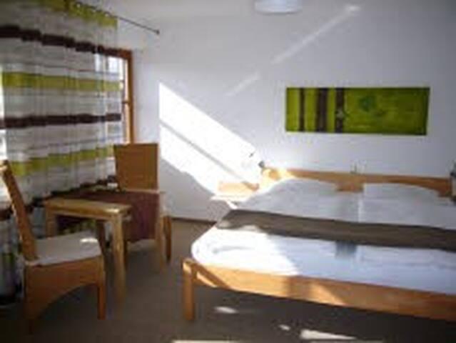 Ferienwohnungen Gästezimmer Familie Neubert (Nordheim), Doppelzimmer junge Rebe (35 m²) in Südlage mit Balkon und Blick auf den Nordheimer Kreuzberg