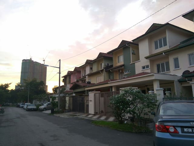 干净又舒服的家。Clean and comfy house - seri kembangan - Huis
