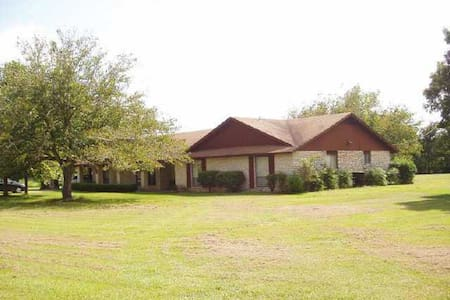 Peaceful retreat on 5 acres cozy and comfortable. - Elgin