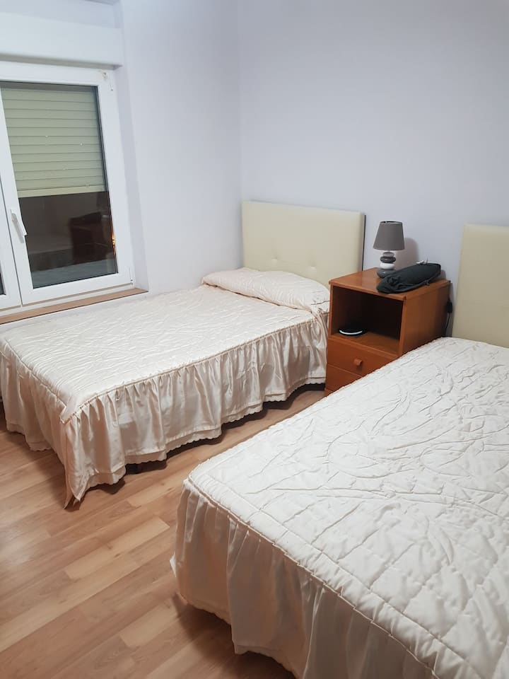 Two individual beds room located in tafalla .