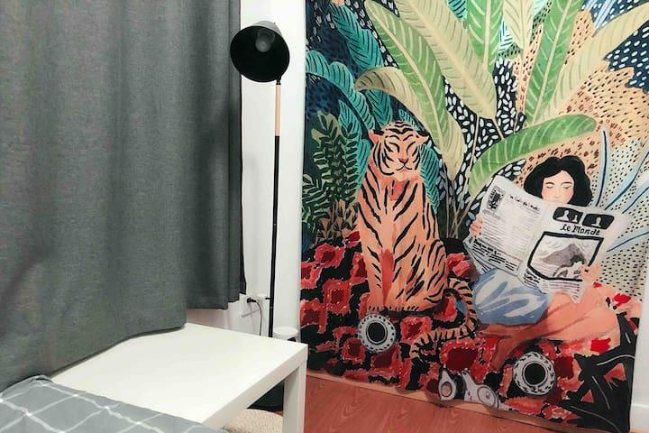 市中心次卧,临近杭州大厦银泰嘉里,步行西湖十五分钟,凤起路地铁口附近,室内有猫,牙刷毛巾需自备。