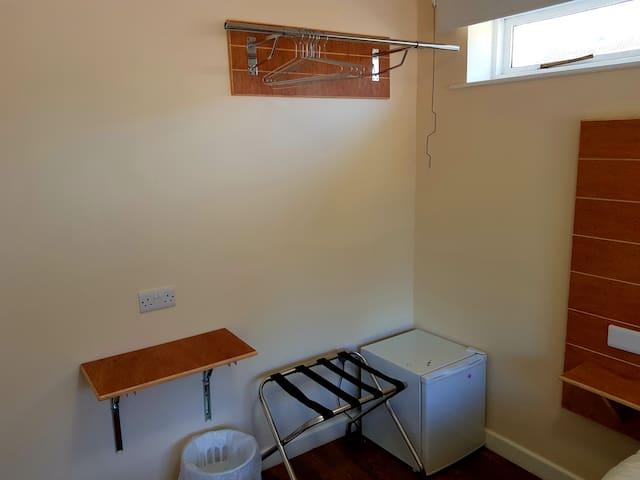 Jaylets Budget Double Bedroom with En-Suite, Shared Kitchen & Parking