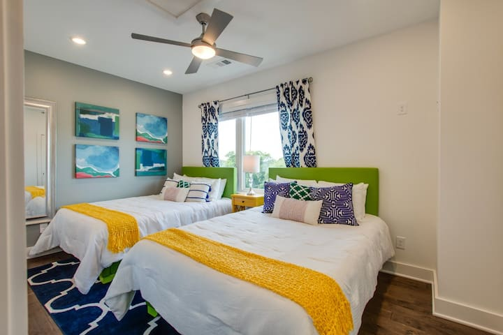 Queen Bedroom ★ Welcome to the Bohemian VIBE Nashville! ★ 2 Master Suites ★ 3 Full Bathrooms ★ 2 Car Garage ★ Walking Distance to coffee, drinks and food ★ 7 minute UBER to Downtown!