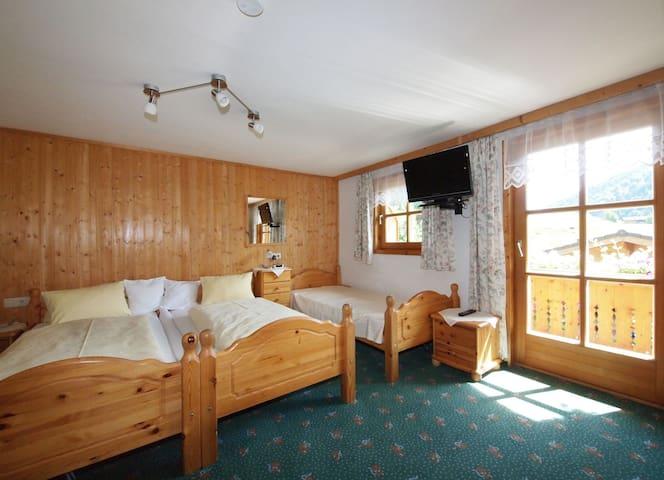 Doppelzimmer mit Balkon am Bauernhof, Frühstück