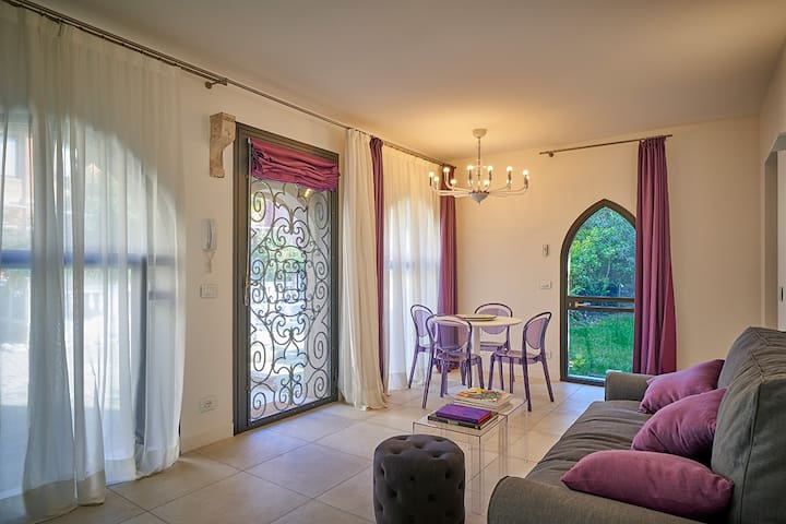 La sala, con vista sul giardino e sulla corte