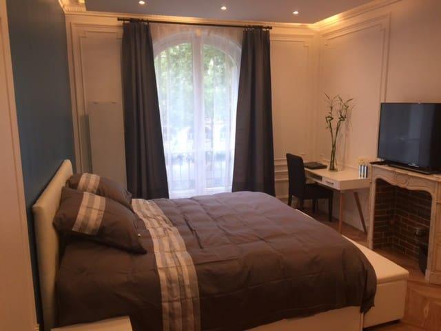 Bedroom with en suite bathroom Place de Clichy