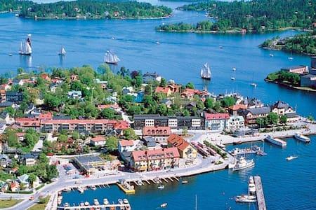 Radhus i Vaxholm med utomhusjacuzzi - Vaxholm