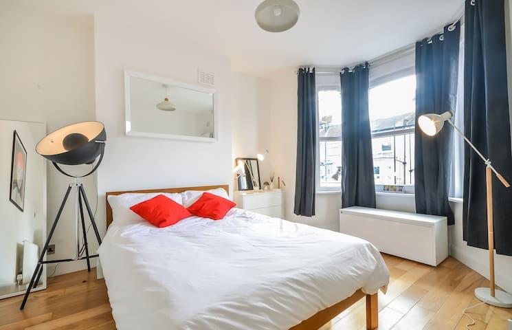 Spacious double quiet room Zone 2, Brockley :) - London - House