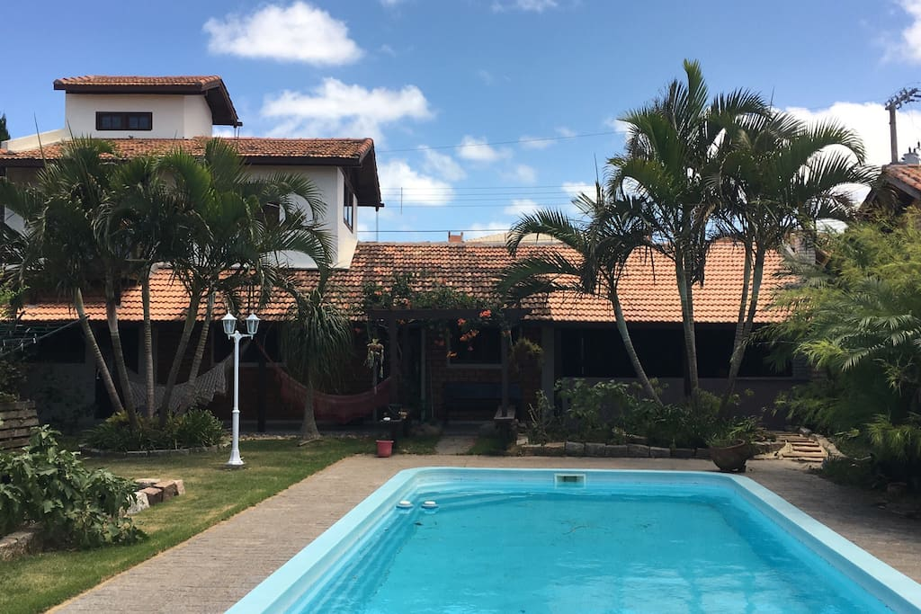Quintal bem grande com pomar, horta e piscina de 4m x 12m x 1,5m de profundidade para o uso exclusivo dos hóspedes // Backyard with garden, fruit trees and large 4 x 12 x 1.5 meter swimming pool for the exclusive use by guests