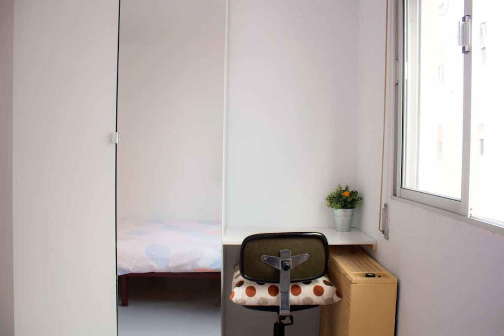 Armario y espacio de trabajo de la habitación