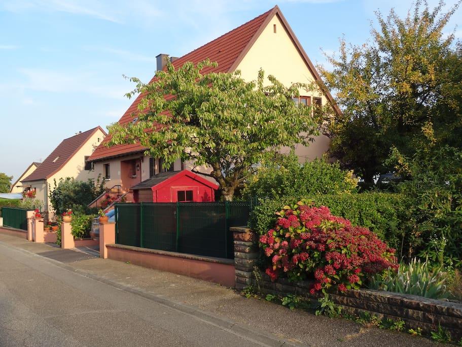 La maison vue de la rue