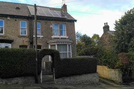 Charming, big double room near city centre. - Sheffield - Rumah
