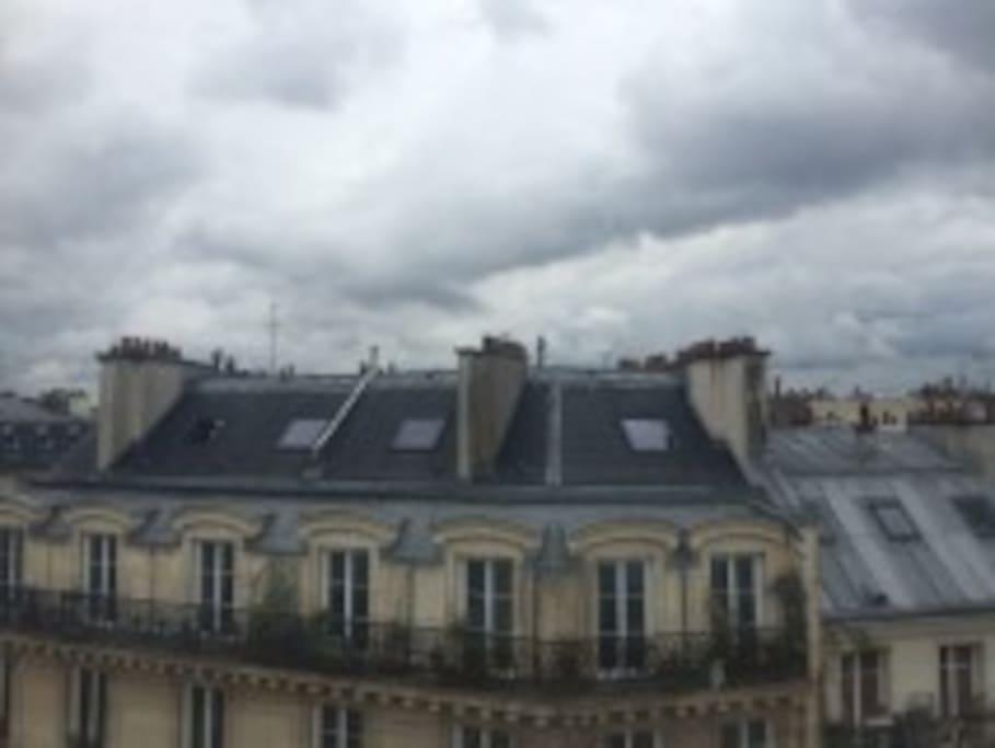 pas de réel vis à vis, vue sur les toits. Parisian roofs and chimneys view.