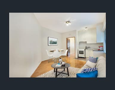 Bright, Homey and Freshly Rennovated 2BD Apartment - Rose Bay