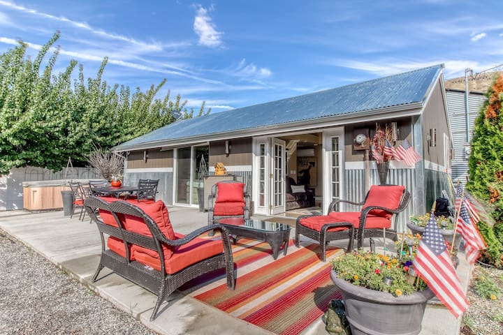 Cozy cottage w/ hot tub in an orchard setting, walk to the river - 2 dogs OK!