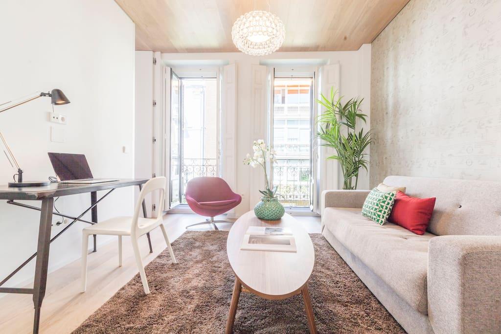 El segundo ambiente, que tiene dos balcones a la calle, está decorado con un escritorio, un sillón de diseño, una mesa de centro, un sofá-cama para dos personas (1,40m x 2,00m).