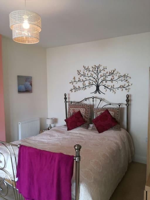 Kingsize Bed, all bedding and towels provided