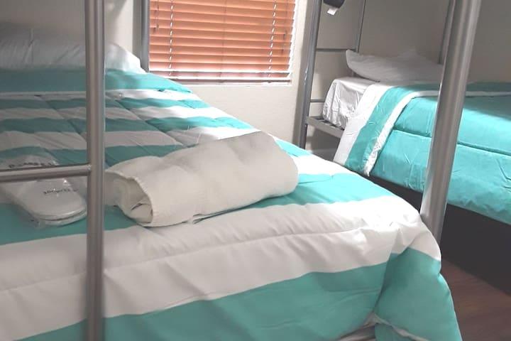 ***Dorm Style Room 9 Minutes To Wynwood B2***