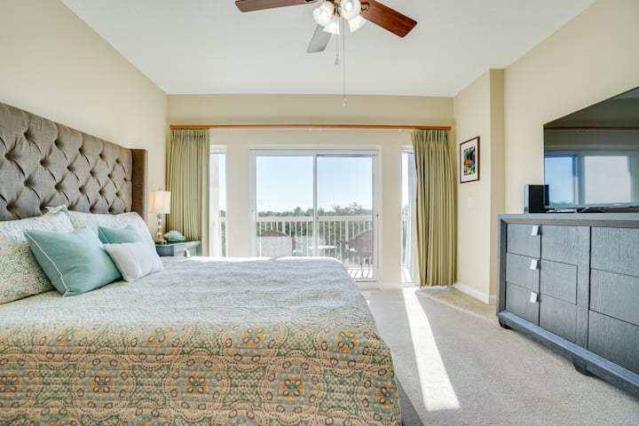 Summit 407A - beach view studio in private resort, kitchenette, pool, hot tub