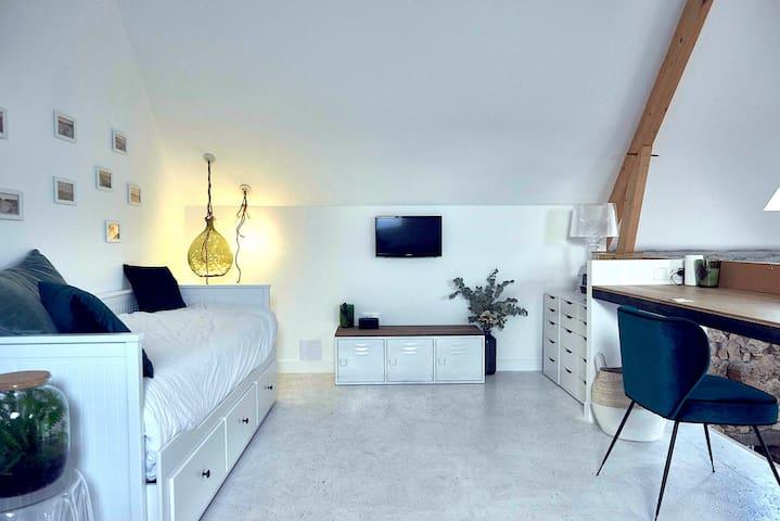 chambre 5 -Bureau ouvert avec lit double