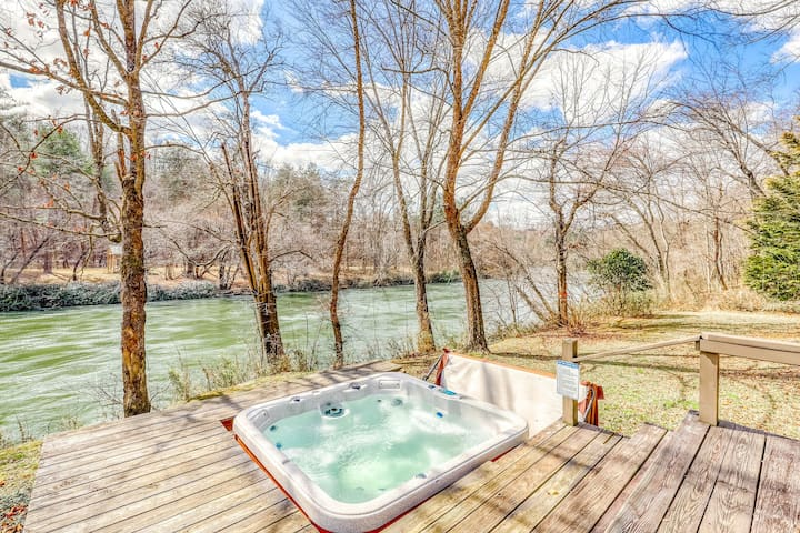 Beautiful, dog-friendly waterfront cabin w/ wood-burning stove/ private hot tub!
