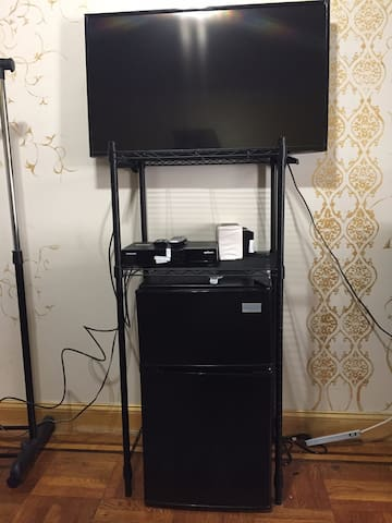 Flatscreen w/ cable, Netflix, Amazon and Hulu! Mini fridge with freezer.