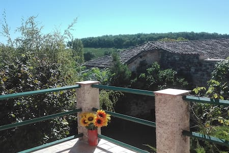 Maison rustique de village avec jardin et terrasse