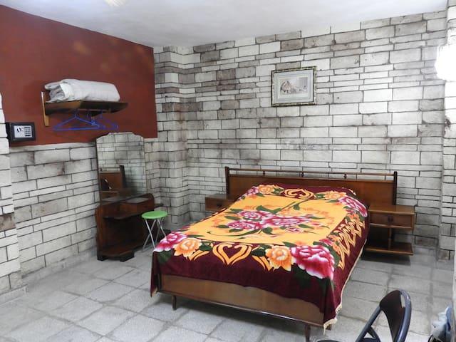Bonita habitación en casa familiar