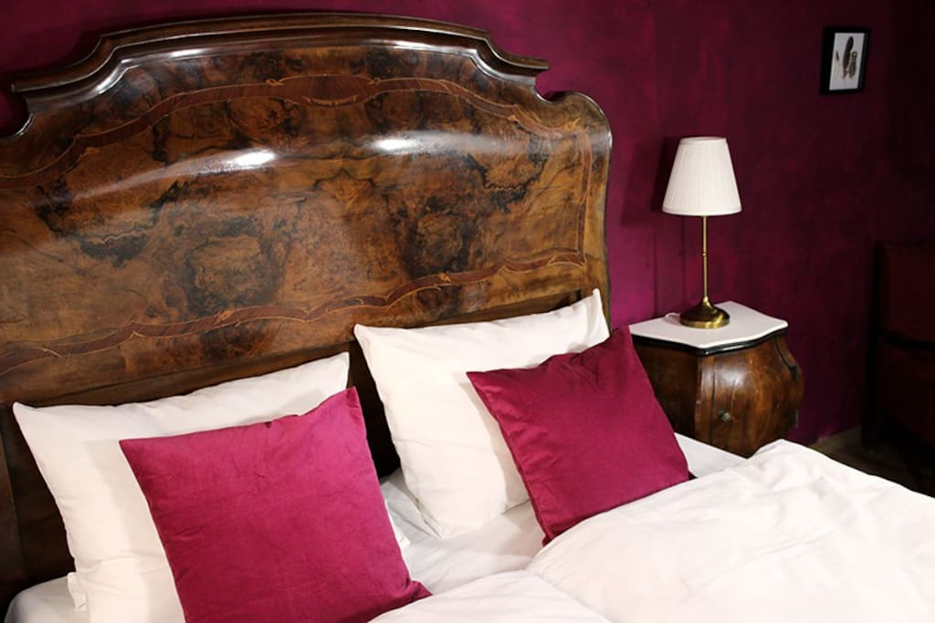 Ihr schlaft in diesem wunderschönen antiken Bett.