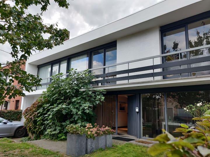 Ruime moderne gezinswoning vlak in het groen
