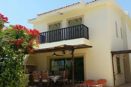 Villa Sofi: Family friendly 3-min walk sandy beach