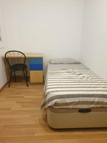 Room near Sagrada Familia (only woman)