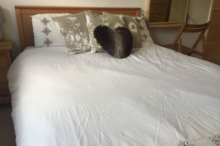 Double room in new town centre home - Aylesbury - Casa
