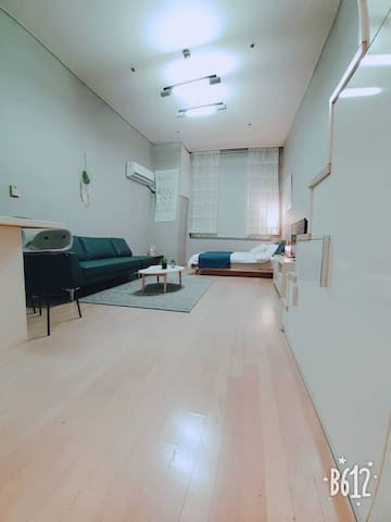 현관에서 본 방 사진 (room photo from the entrance view)