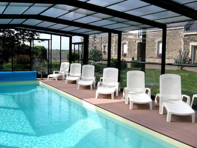 Gîte avec piscine couverte, chauffée Morbihan